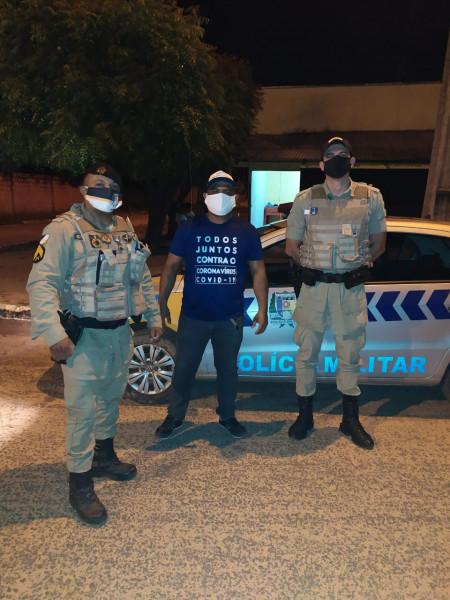 Polícia militar e agente de fiscalização.